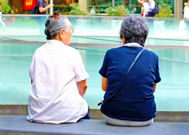 背中の丸い高齢者の女性
