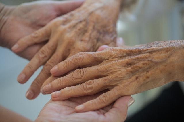 介護老人の手